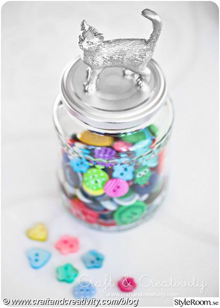 pyssel,diy,sprayfärg,katt,recycling,knappar,återbruk,spraymålat