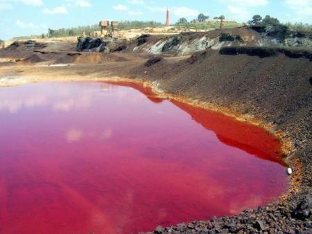Nonostante sia stata chiusa nel lontano 1966, 43 anni fa, la miniera di São Domingos, in Portogallo, situata a cinque chilometri dal confine spagnolo, continua a contaminare le acque del fiume che sfocia nella diga di Chanza, il più grande serbatoio di acqua potabile nella provincia di Huelva.