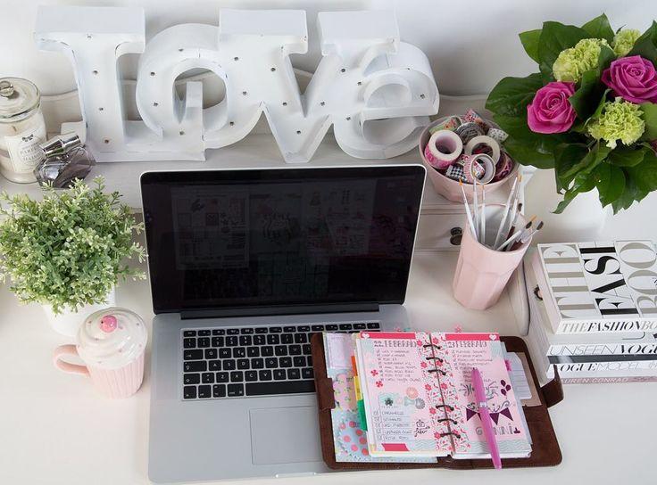 Per la serie #motivation stamattina per convincermi a sistemare il caos apocalittico della scrivania di casa e lavorare con più attenzione guardo la foto scattata al massimo del suo ordine... Mi dico che è carina tutta pulita e profumata... Mi dico che è bello trovare tutto al proprio posto... È invitante e rilassante... Ok.. Forse mi sono convinta... Oggi vado a lavorare in studio!!  #buongiorno #oggipausapulizie by la_dila_