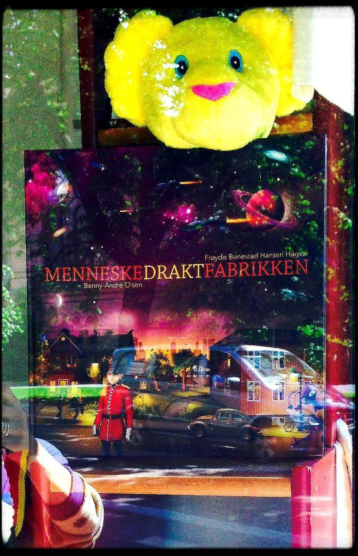 """Min ferske barnebok """"Menneskedraktfabrikken"""" kan nå kjøpes i de fleste bokhandlere og på nett. I går så jeg at den var utstilt i vinduet hos Sagene bokhandel, godt passet på at selveste Løveungen!:) Her kan du lese mer om boka og kjøpe den:   https://www.tanum.no/_barn-og-ungdom/barneboker/menneskedraktfabrikken-frøydis-benestad-hansen-hågvar-9788292776384"""