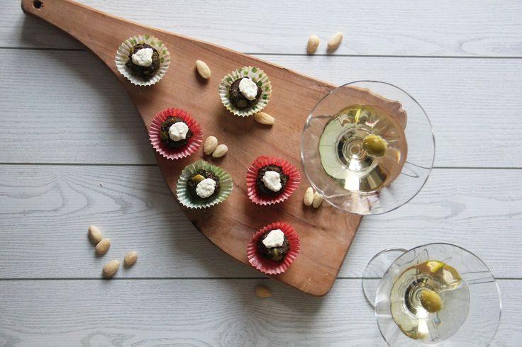 PALLINE ALLE OLIVE CON GORGONZOLA Piccoli #stuzzichini sfiziosi a forma di pallina alle #olive e #pecorino, con un impasto morbido per lo #yogurtdisoia e un misto di farina 00 e #farinadimandorle. Un'idea per accogliere e allettare gli ospiti , ideali per cene a buffet e per #aperitivi. Quanto alla crema di formaggio da adagiare sopra è fondamentale per rendere il tutto più cremoso, ma potete sbizzarrirvi sulla scelta,in base ai vostri gusti.Io ho utilizzato il…