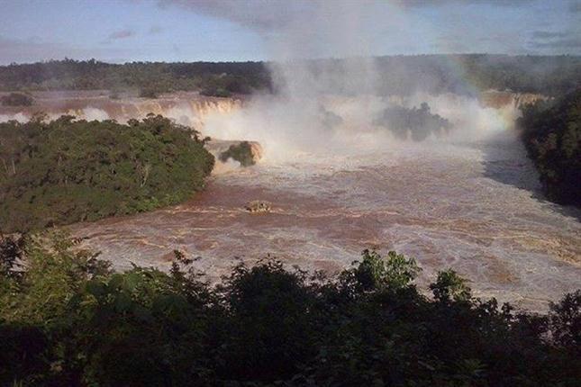La fuerte riada soltó amarras del casino flotante de Puerto Iguazú, el que primero quedó a la marced de la corriente pero ahora se encuentra anclado medio del estuario, según reflejan imágenes difundidas por el sitio Radio Cataratas.