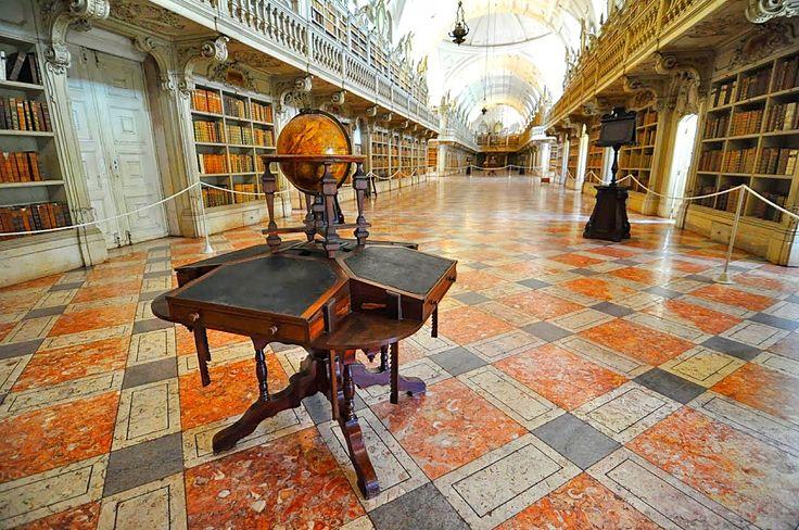 Se estar rodeado de livros já é uma experiência única, fazê-lo nestes edifícios é deslumbrante. Descubra as 5 bibliotecas mais bonitas de Portugal.