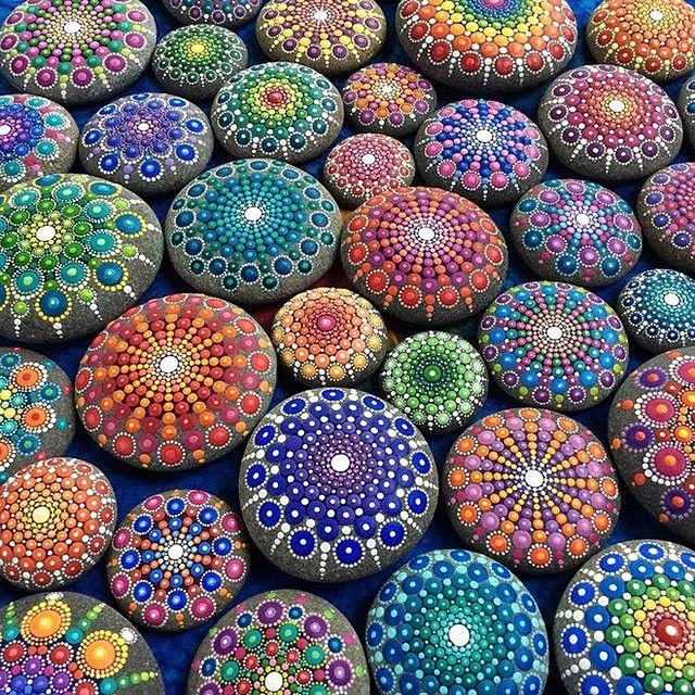 """Coisa mais linda o trabalho da artista australiana @ElspethMcLean, que ama cores e detalhes. Sua paixão inata pelos diversos tons a levou a evoluir para um estilo único de pintura, o """"dotillism"""", onde ela cria ponto a ponto, desenhos cheios de pontilhismo em pedras encontradas no oceano da Nova Zelândia. Corre lá no FTC pra ver e saber mais sobre Elspeth! / What an amazing type of art by australian artist @ElspethMcLean! She loves details and colours and call her work at this mandala stones…"""