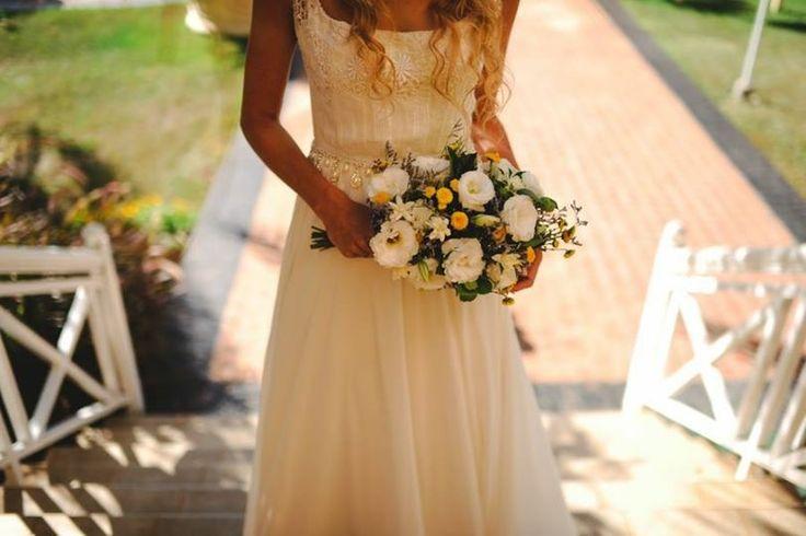 ramo muy natural de liciantus y pompones amarillos #ramo #novia #amarillo https://www.facebook.com/RamosYTocadosMariaInesMurguiondo