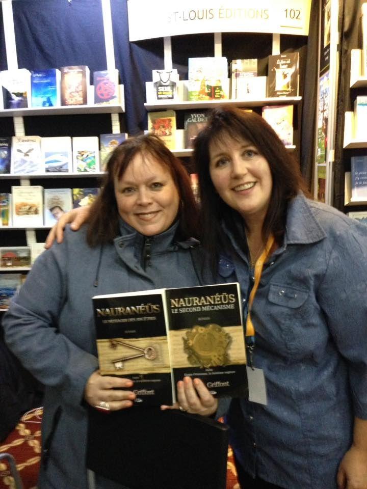 Lucy Alex Griffont, auteure, en compagnie d'une amie et fan de Nauranéüs.