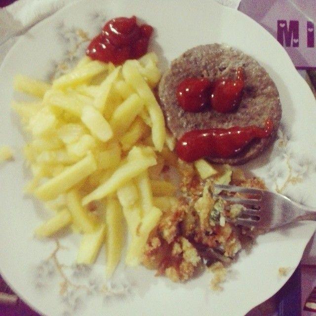 #hamburguesa #hamburger #papas #patatine #zuchini #zucchine #ketchup #cena #comida #cara #face #smile #faccia