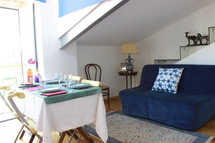Appartement à Lisboa, Portugal. This charming and cozy apartment is located in Alfama, the most historical and charismatic neighborhood of Lisbon, on the 4th floor of a building without elevator, full of the fabulous light of Lisbon has a wonderful view from the balcony over the...