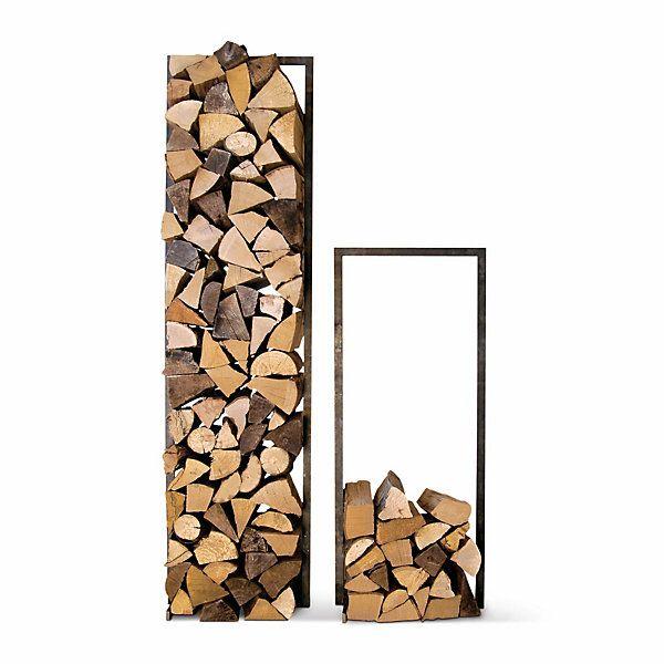 Einen Rahmen aus rohem verzundertem Stahl gibt dem Brennholz seitlichen Halt. In zwei verschiedenen Höhen gestapelt,... - Holzstapler Hochholz