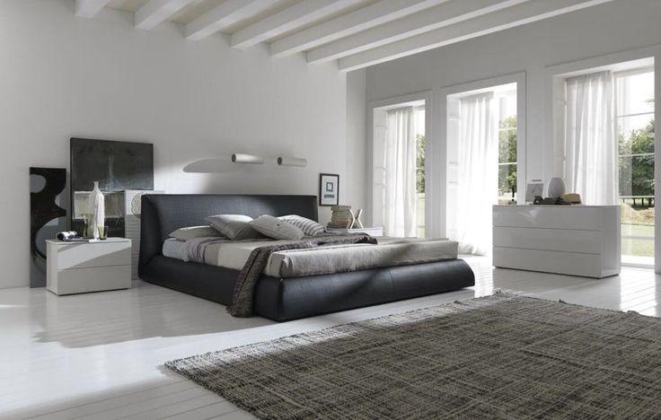 Kühle Töne dominieren diese Master-Schlafzimmer an der Decke zu den Etagen.