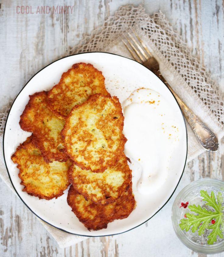 Chrupiące, cienkie i pełne smaku placki ziemniaczane. Z dodatkiem cebulki, czosnku i pieprzu ziołowego. Idealne na szybki obiad po pracy....