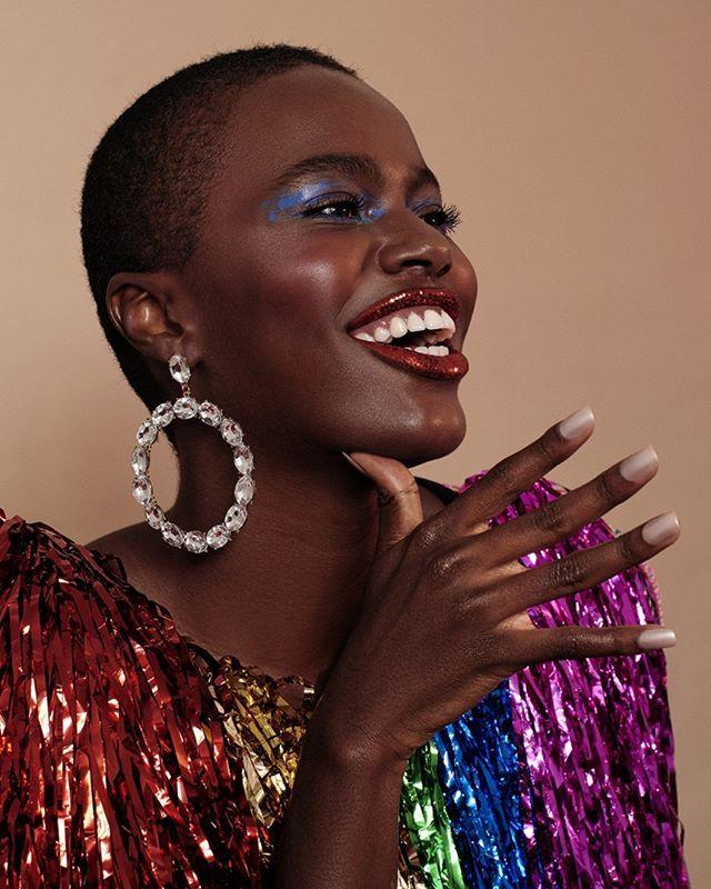 No Carnaval está liberado exagerar no brilho e na purpurina! Pensando nisso criamos um editorial com maquiagens e adereços bem coloridos e divertidos para você aproveitar a folia. Clique no nosso link da bio e inspire-se. Beleza: @teomiranda | Styling: @anaparisi | Foto: @thaisvandanezi | Modelo: @camilasimoesp. via ELLE BRASIL MAGAZINE official Instagram - #Beauty and #Fashion Inspiration - Beautiful #Dresses and #Shoes - Celebrities and Pop Culture - Latest Sales and Style News - Designer…