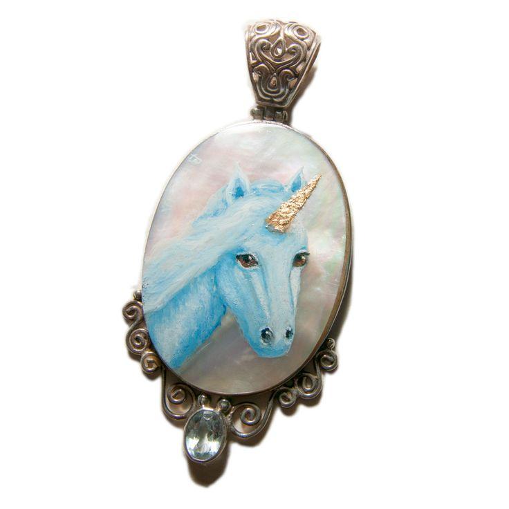Pendentif en argent 925, nacre blanche et aigue marine sur lequel est peint une licorne rehaussée de feuilles d'or