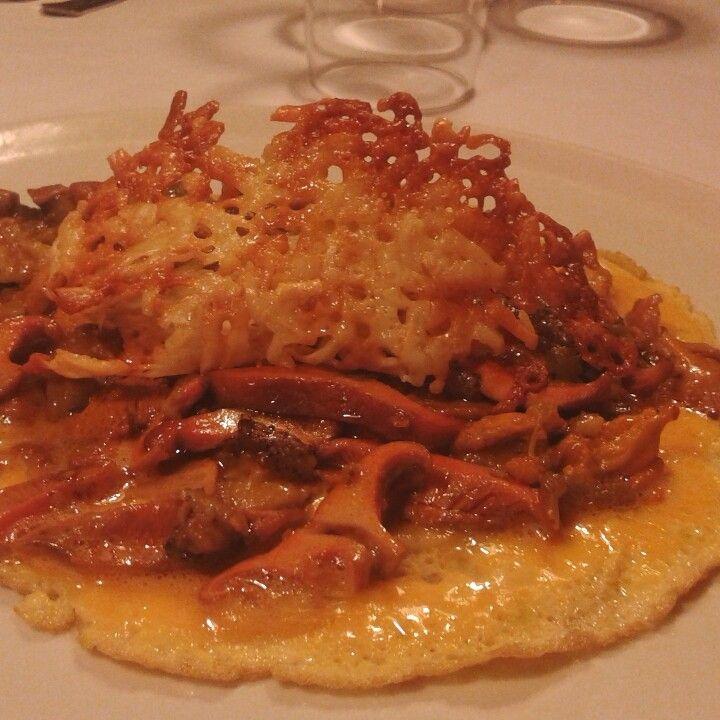 Tortilla a medias con chantarelas niscalos y rejilla de queso..#castañodelrobledo #sierradearacena