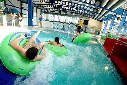 Hendra Holiday Park ***** - Verenigd Koninkrijk - Engeland - Cornwall - Newquay Camping geschikt voor gehandicapten - Zwembad niet voorzien van takellift, maar langzaam aflopende bodem, plus plastic rolstoel
