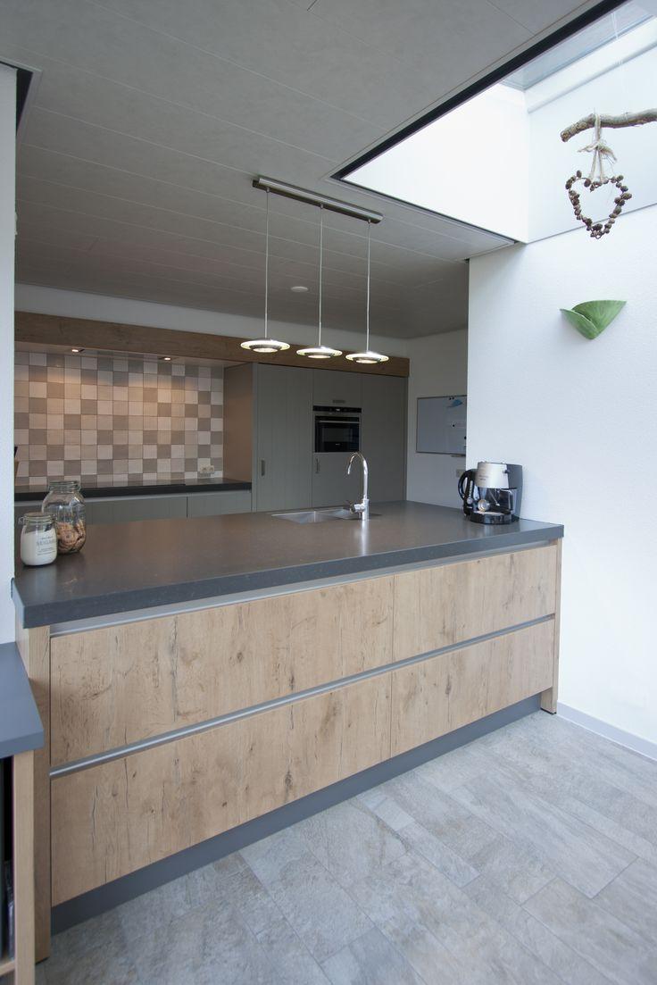 Corne de Keukenspecialist heeft het ontwerp 3D rendering en realisatie voor deze landelijk stoere keuken gerealiseerd. Toegepast : eiken decor, composiet werkblad grijs