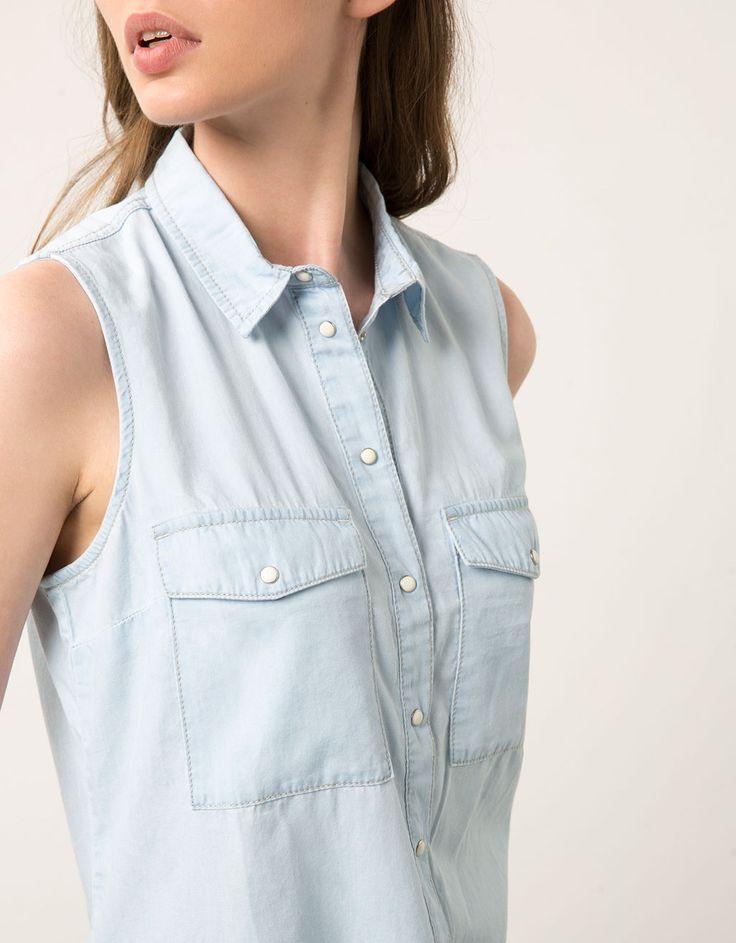 Camisa denim. Descubre ésta y muchas otras prendas en Bershka con nuevos productos cada semana