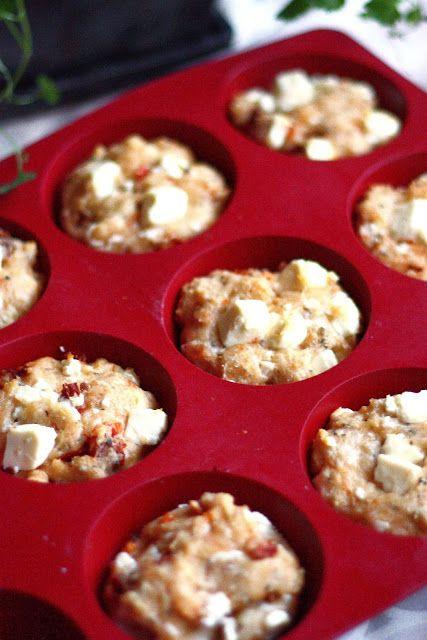 Suklaapossu: Suolaiset muffinit fetajuustolla ja aurinkokuivatuilla tomaateilla