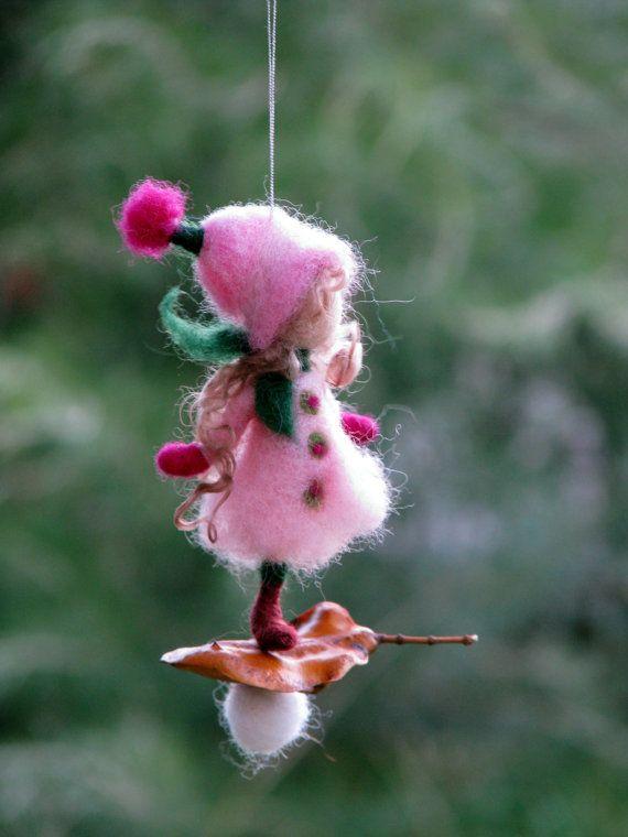 Navidad de hadas aguja fieltro adorno muñeca inspirada Waldorf ornamento de invierno sentía ornamento decoración del árbol de regalo romántico  Hecho a la medida  Me encanta combinar la lana con la naturaleza. Estas pequeñas hadas son mis creaciones favoritas. Cada uno de ellos tiene su propia personalidad, no pueden haber dos del mismo.  Utilizarlos como adorno de Navidad o decorar tu casa con ellos - además de un poco de magia. Me encantaría dar como regalos para mis amigos y sus hijos…