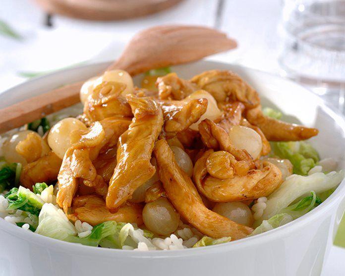 Chinese kip met oestersaus en zoetzure uitjes  400 g witte rijst 1 chinese kool 2 teentjes knoflook 400 g kipfilet 300 g zilveruitjes (1 potje) 1 el Conimex Wok Olie 4 el Conimex Oestersaus 4 el fijngeknipt bieslook