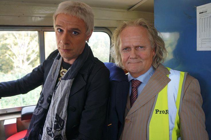 Staatssecretaris Mansveld probeert grip te krijgen op een richting afgrond denderende trein
