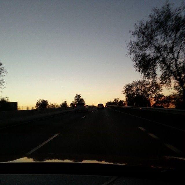 La vuelta en coche. La vuelta a la realidad, la rutina, la tensión. Ya solo queda el recuerdo, el que pone fin a un día que no se distingue de los demás. #atardecer http://instagram.com/californisima