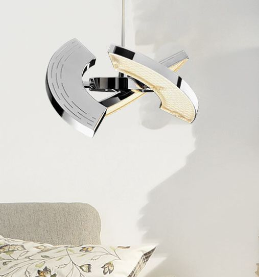 Oligo Trinity chrom LED   Charakteristisch für LED-Leuchten von OLIGO ist ihr schöner Schein. Weich gestreut und zu den Rändern hin sanft auslaufend erstrahlt das Licht. Mehrfach gelenkt und gebündelt von einer mannigfach facettierten Prismatik – sorgfältig berechnet erfährt jede Leuchte ihre individuelle Interpretation im Lichtbild.