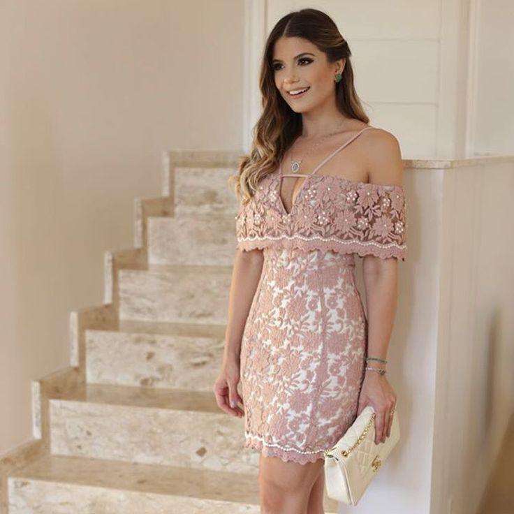 Super lindo vestido rendado e num tom rosa super delicado!! ♥♥♥♥