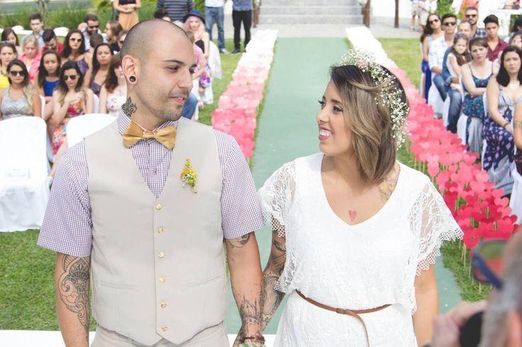 O casamento da Bruna e do Leandro foi lindo, econômico e muito inspirador. Imagino a reação de vocês quando souberem os detalhes como, onde ela comprou o vestido de noiva, por exemplo! hahah Eles c…