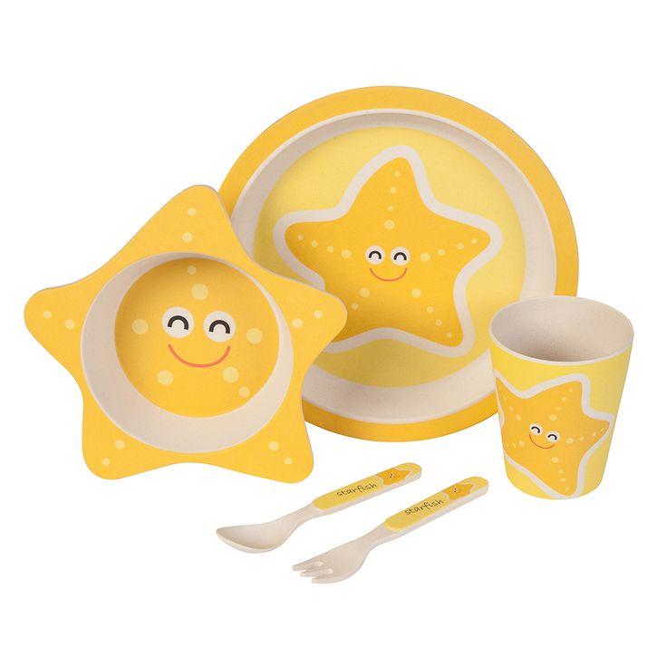 nser Bambus Geschirrset mit niedlichem Seestern Motiv zaubert jedem Kind ein Lächeln ins Gesicht. Das farbenfrohe und kindgerechte Design verwandelt jedes Essen in ein Abenteuer. Dank seiner ergonomischen Form und seiner guten Haptik ist es wunderbar für kleine Kinderhände geeignet. Das Set besteht aus 5 Teilen und beinhaltet einen Teller, eine Schale, einen Becher sowie eine Gabel und einen Löffel. Das Geschirr ist lebensmittelecht, frei von BPA und kann bei Bedarf sogar in die…