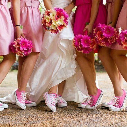 Noiva e madrinhas combinando seus buquês com seus all star!!! Amei!!  #mundorosa #allstar #allstarpink #noivadeallstar #allstarlove #madrinhasdecasamento #madrinhas #bridemades #bridestyle
