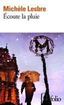 """""""Avant que le vieil homme ne se jette sur la voie, la narratrice partait rejoindre l'homme qu'elle aime. Le choc a fait tout basculer, elle s'enfonce dans Paris pour une longue errance sous l'orage. Revenue chez elle au petit matin, elle murmure à son amant le récit de sa nuit blanche. Sera-t-il capable de comprendre l'énigmatique message qu'elle finit par lui laisser : «Écoute la pluie»?"""""""