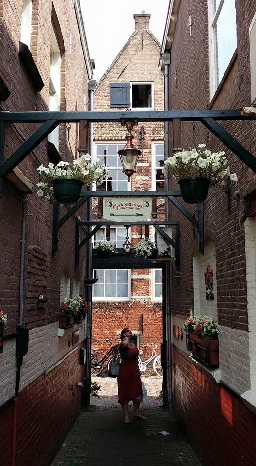 Dit steegje tussen Statenplein en Nieuwstraat is toch een van de mooiste plekjes van Dordt, En hap gelijk even een pannenkoek bij Pim's.Foto Hoe dichter bij Dordt