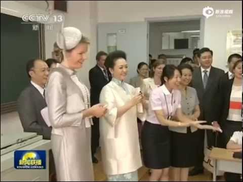 NEWMYROYALS & HOLLYWOOD FASHION: Queen Mathilde and Peng Liyuan visit the Qiyin Experimental Primary School