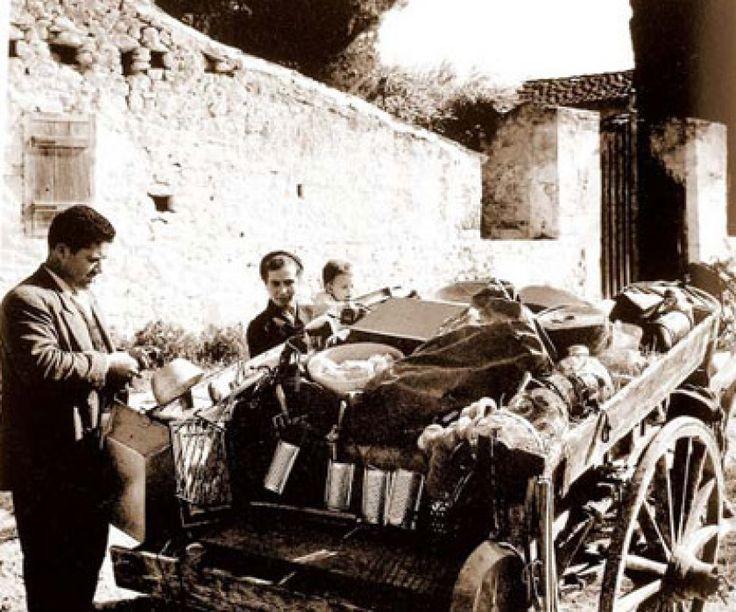 Οι μικροπωλητές της Παλιάς Αθήνας φρόντιζαν για το γλυκύτερο ξύπνημα.