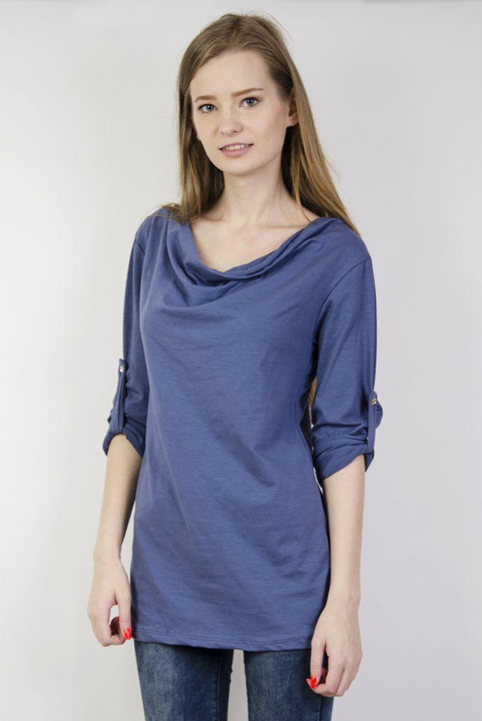 Niebieska bluzka z dekoltem i podwiniętymi rękawami