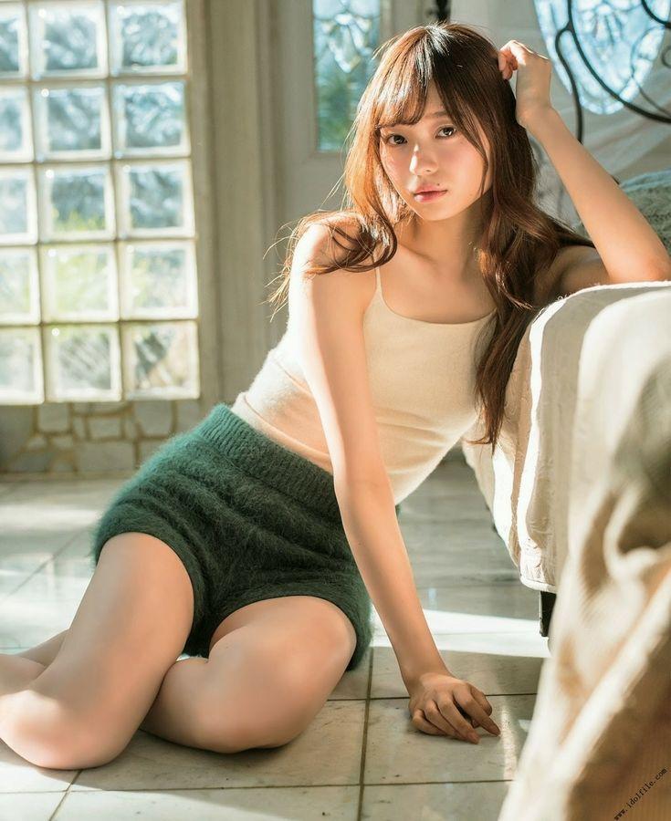 グリーンのふわふわのショートパンツをはいて寄り掛かっている梅澤美波の画像