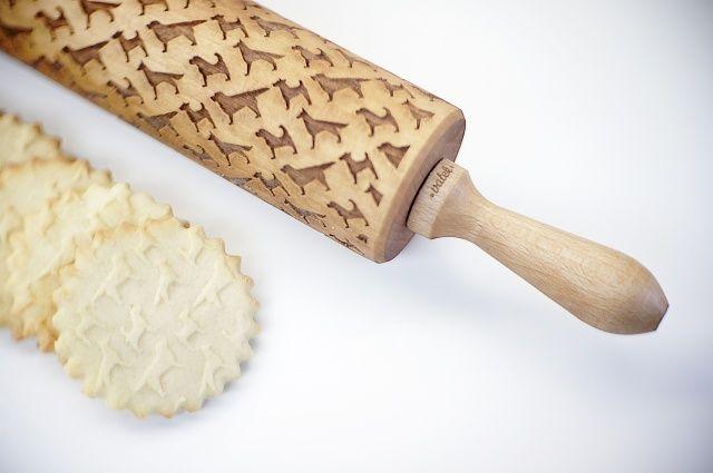 Oryginalny, grawerowany wałek do ciasta, który na wypiekach pozostawia niezwykły wzór w psy. Można stosować przy tworzeniu oryginalnych, ciast, makaronu, pierogów czy masy cukrowej do tortów. Wykonany w Polsce z solidnego drewa bukowego wzmocnionego metalową osią.Wałek został wygrawerowany laserowo, a następnie dokładnie oczyszczony i delikatnie zaimpregnowany bezwonnym i bezpiecznym w kontakcie z żywnością olejem.