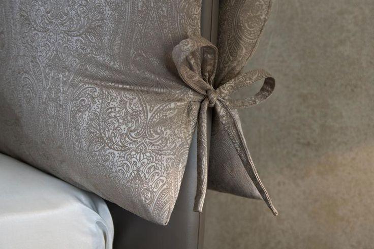 Бант на подушке кровати Саронг