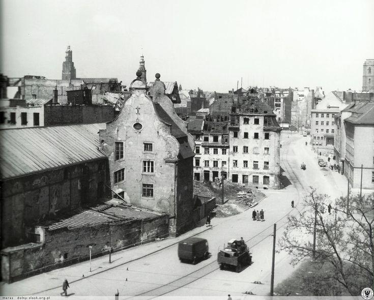 Ulica Widok, po lewej dawna palarnia kawy (obecnie Mediateka). Na rogu z ulicą Menniczą widoczna kamienica nr 7. Fot. S. Arczyński. Rok 1954
