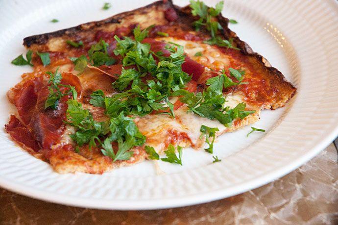 Hjemmelavet pizza lavet på blomkålsbund