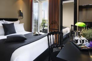 Hotel Le Chat Noirはモンマルトル地区の麓に位置し、ムーラン・ルージュまでわずか50mです。有名キャバレーのシャ・ノワールと同じ名前を持つ現代的なインテリアのホテルで、無料Wi-Fiを提供しています。...
