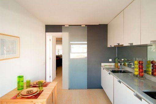 Puerta de cristal corredera en una cocina