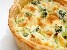 Quiche met gerookte zalm en broccoli. Ingrediënten: • Kruimeldeeg voor taartbodem (24cm/4cm hoogte) of een rol kruimeldeeg uit de winkel • 2 eieren • 1 flesje volle room (20 cl) • 1 kl gedroogde dille • peper en zout • 200 gr gerookte zalm, in reepjes • 1 broccoli, enkel de roosjes