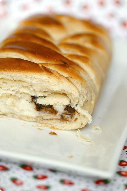 Chocolate chip and vanilla pastry cream danish bread. http://www.foodbeam.com/2008/06/29/et-je-te-mangerais-les-cheveux-tresse-danoise-a-la-creme-patissiere-et-aux-pepites-de-chocolat/