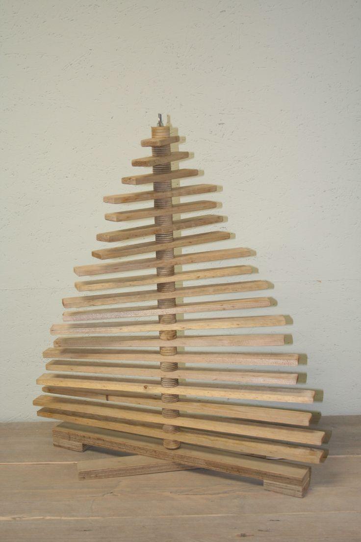 Mooie houten kerstboom voorzien van vele plankjes die onderling allemaal te verstellen zijn  zodat men zelf de boom naar de persoonlijke wensen kan afstellen.  Te leveren in nieuw en verouderd hout.  Het geheel is een bouwpakket, waardoor de boom na kerstmis ook makkelijk op te bergen is  en nauwelijks ruimte inneemt.  De hoogte van de boom is c. 65 cm