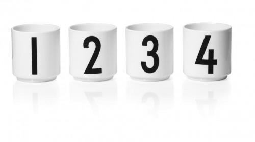 Sett med fire små espressokrus med tallene 1, 2, 3 og 4 i ArneJacobsen typografi fra 1937. Supre til telys også.  H 6 cm.