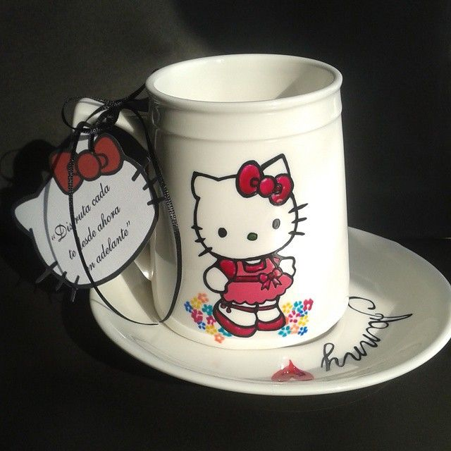 Detalles!  Gracias @alumit__ithelia por tu encargo, me encanta hacer cosas distintas ♥ #art #coffeemug #creations #cat #catmug #deluto #fullcolor #gift #handmade #hellokitty #hellokittymug #illustration #love #mug #porcelain #paint #ribbon #teamug #tea #teaparty #party