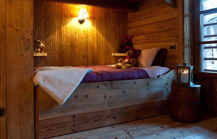 Non solo all'esterno, ma anche all'interno delle esclusive baite di Prà di Riva viene riproposto lo stile Walser, qui possiamo vedere il letto in alcova. #wood #design