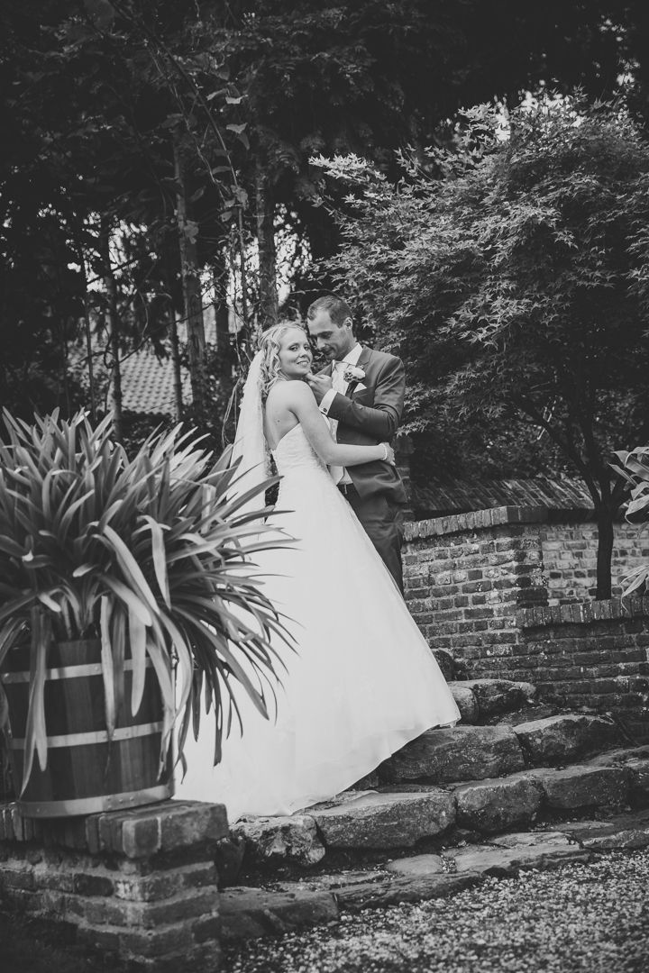 Couple posing on their wedding in garden / Poses bruidspaar op hun bruiloft, in de tuin Made by me / Gemaakt door mij: www.fotozee.nl Ik ben graag jullie trouwfotograaf! photography trouwfoto's trouwfotografie bruidsfotografie